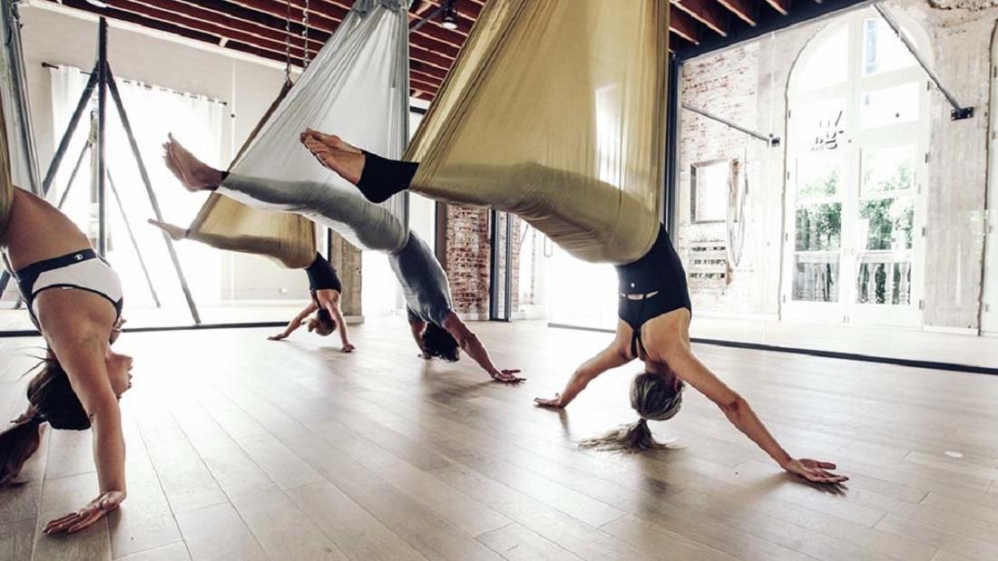 Тренировки йога флай на низком гамаке